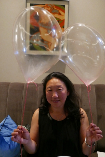 Can't help it, but I sometimes love these crazy things happening at dinner. Helium balloons made of strawberry caramel. Taste like the caramel I had when I was little. A caramel wrapped in paper.