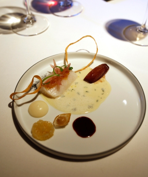 Pikeperch with onion in different textures and red wine.